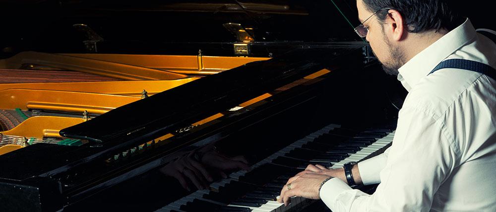 Un homme apprend à jouer du piano bleu