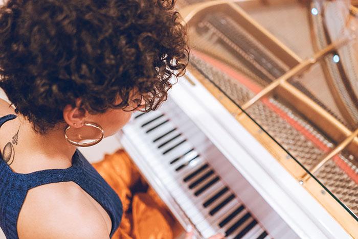 Pianist learning to play popular piano