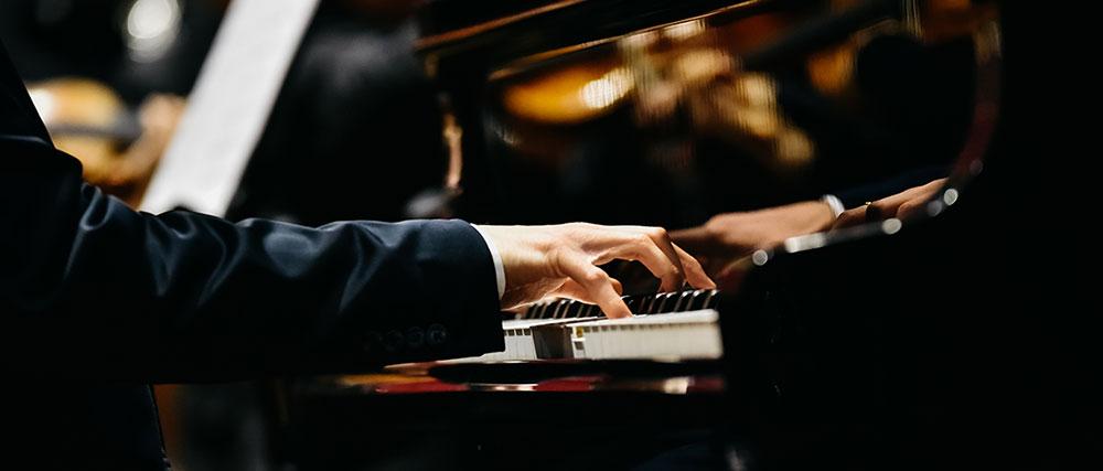 Pianiste jouant sur un piano à queue sur scène